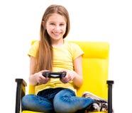 Jugendlich Mädchen, das Steuerknüppel für Computerspiele hält stockbilder
