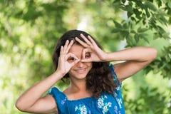 Jugendlich Mädchen, das Zeichen auf Natur zeigt Stockfotografie
