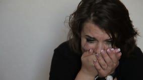 Jugendlich Mädchen in den Krisenschreien stock footage