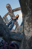 Jugendlich Mädchen in den städtischen Ruinen Lizenzfreies Stockfoto