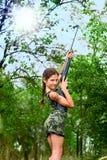 Jugendlich Mädchen der Schönheit mit Gewehr Lizenzfreies Stockfoto