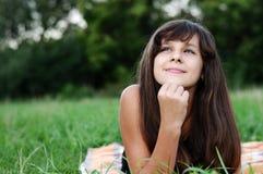 Jugendlich Mädchen des Brunette auf Natur lizenzfreie stockfotografie