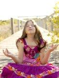 Jugendlich Mädchen des purpurroten Kleides der Hippie draußen entspannt Lizenzfreie Stockbilder