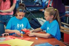 Jugendlich Mädchen, die an bunte, Papierblumenwerkstatt zu machen teilnehmen Lizenzfreies Stockfoto