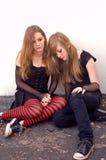 Jugendlich Mädchen, die zusammen huddling sind Lizenzfreie Stockfotos