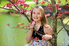 Jugendlich Mädchen draußen lizenzfreie stockfotografie