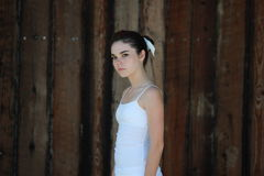Jugendlich Mädchen durch braunen hölzernen Hintergrund Stockfoto