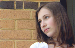 Jugendlich Mädchen gegen Wand stockfotografie