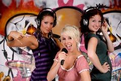 Jugendlich Mädchen-Graffitiwand Stockfoto