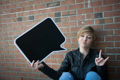 Jugendlich Mädchen hält schwarzes Zeichen Stockfoto