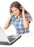 Jugendlich-Mädchen hören Musik in den Kopfhörern Stockfotos