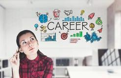 Jugendlich Mädchen im Büro denkend an ihre Karriere lizenzfreie stockfotografie