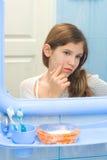 Jugendlich Mädchen im Badezimmer Lizenzfreie Stockfotografie