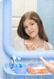 Jugendlich Mädchen im Badezimmer Stockfotos