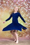 Jugendlich Mädchen im blauen Tanzkostüm lizenzfreie stockfotos
