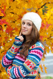 Jugendlich Mädchen im Herbst lizenzfreie stockfotos