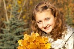Jugendlich Mädchen im Herbstpark Lizenzfreie Stockfotos
