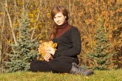Jugendlich Mädchen im Herbstpark Stockfoto