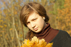 Jugendlich Mädchen im Herbstpark Lizenzfreies Stockbild