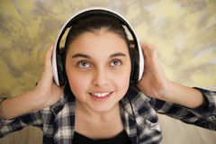 Jugendlich Mädchen im Kopfhörer schauen oben Lizenzfreie Stockfotografie