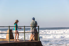 Jugendlich-Mädchen-Jungen-Gezeiten- Pool-Meereswogen Stockbilder