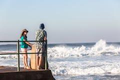 Jugendlich-Mädchen-Jungen-Gezeiten- Pool-Meereswogen Lizenzfreie Stockfotos