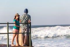 Jugendlich-Mädchen-Jungen-Gezeiten- Pool-Meereswogen Stockfotografie
