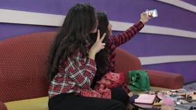 Jugendlich Mädchen Latinas tun verrücktes Make-up und lachen viel Beste Freunde täuschen herum Nehmen Sie ein selfie Orientalisch stock video