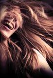 Jugendlich Mädchen Laughng mit Haarfliegen herum stockfotos