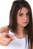 Jugendlich Mädchen mit Attittude zeigend in Richtung zur Kamera Stockbild