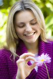 Jugendlich Mädchen mit Blume lizenzfreie stockfotografie