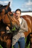 Jugendlich Mädchen mit dem braunen Pferd Stockfoto