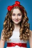 Jugendlich Mädchen mit dem gelockten Haar Stockbild
