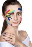 Jugendlich Mädchen mit farbigen Streifen auf dem Gesicht Helle Make-upkunst Stockbilder