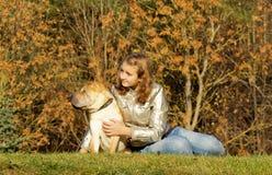 Jugendlich Mädchen mit Hund Stockfotografie