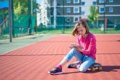 Jugendlich Mädchen mit Kopfhörern und Tablette lizenzfreies stockbild