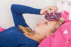 Jugendlich Mädchen mit Kopfschmerzen lizenzfreie stockbilder