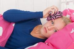 Jugendlich Mädchen mit Kopfschmerzen Stockbilder