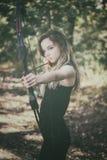 Jugendlich Mädchen mit Pfeil und Bogen lizenzfreies stockbild
