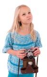 Jugendlich Mädchen mit Retro- Kamera auf einem weißen Hintergrund stockfotografie