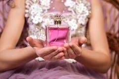 Jugendlich Mädchen mit rosa parfume Flasche in ihren Händen stockfoto