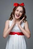 Jugendlich Mädchen mit rotem Bogen auf Kopf Stockfotografie