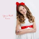 Jugendlich Mädchen mit rotem Bogen auf Kopf Lizenzfreies Stockfoto