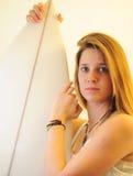 Jugendlich Mädchen mit Surfbrett Stockbilder