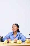 Jugendlich Mädchen mit zerknittertem Papier - Vertikale Lizenzfreies Stockfoto