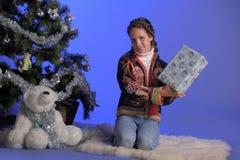 Jugendlich Mädchen nahe bei einem Weihnachtsbaum Stockfotos