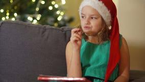 Jugendlich Mädchen schreibt Santa Claus einen Brief Das Vorbereiten für Weihnachten, macht Wünsche, die Traditionen des neuen Jah stock video