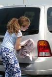 Jugendlich Mädchen-trocknendes Auto Stockfotografie