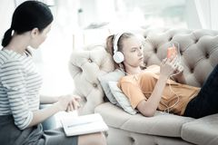 Jugendlich Mädchen Unpleased, das Musik während der Therapie hört Lizenzfreie Stockbilder