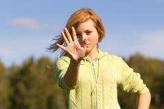 Jugendlich Mädchen versteckt ihr Gesicht in seiner Hand Stockbilder